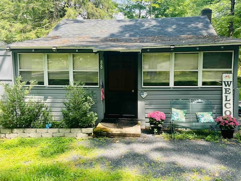 Charming cottage with Hot Tub -PET FRIENDLY