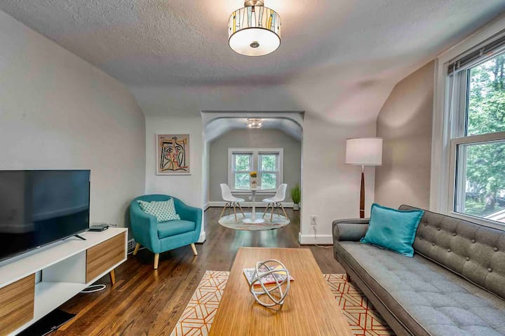Walk to town from gorgeous, modern upper flat