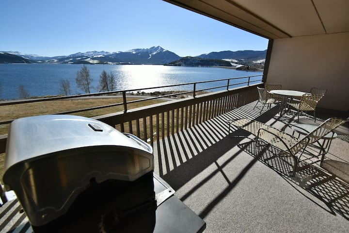 Lakefront- Huge Views. Deck, Garage, Elevator. Walk to Marina, Dining