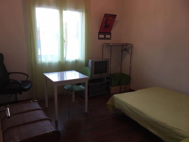 Zimmer 2 - Felsberg - Hus