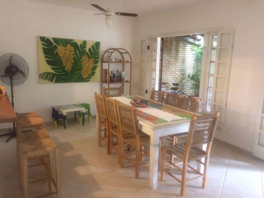 Sala de Jantar, com cozinha americana e vista para a varanda.