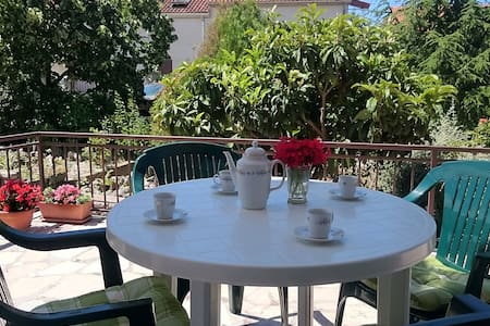Big 2 bedroom garden apartment, close to the beach - Brodarica