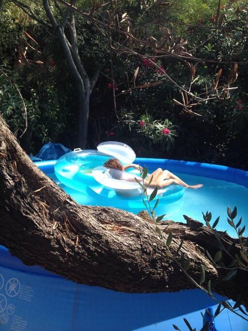 Grande piscine gonflable à votre disposition de Juin à Septembre.
