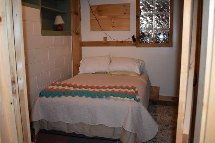 Downstairs bedroom w/new mattress