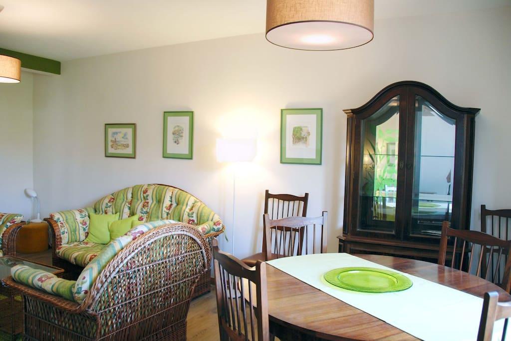 Salon confortable,  lumineux le jour et très calme le soir.