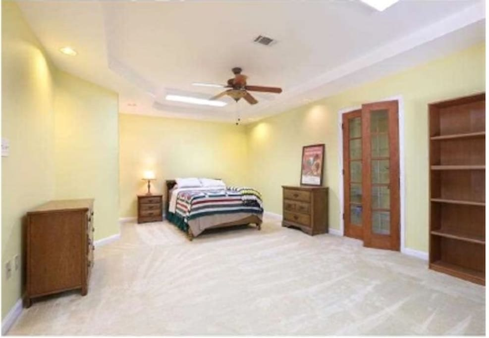 Bedroom with dressers and nite stands