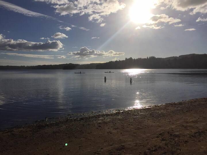 Mysigt fritidshus vid badstrand nära Göteborg