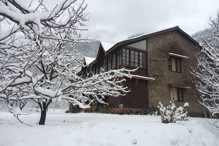 Heritage House w/ Apple Orchard+Breakfast, Manali