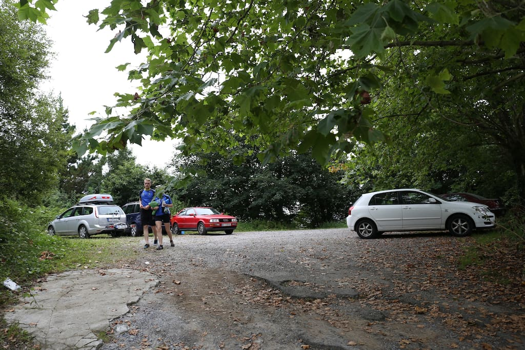 En frente de la casa parking privado.