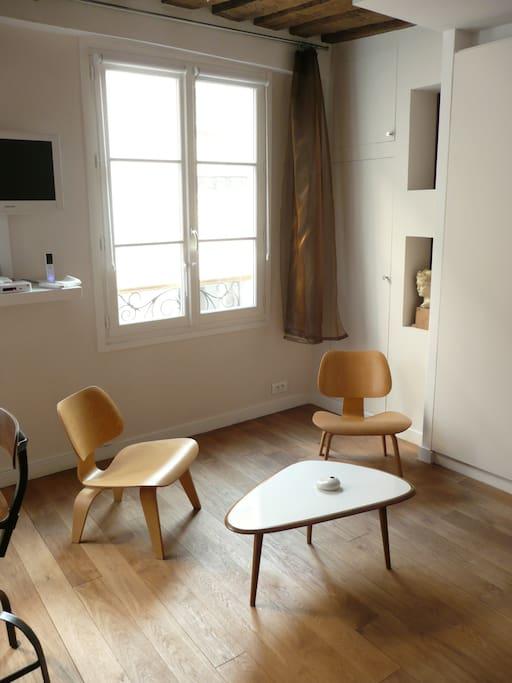 Pièce principale vue fenêtre: meubles design