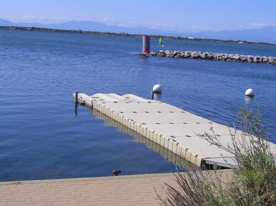 Steg im Wasser für Boote und um zu Schwimmen