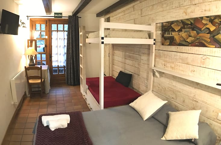 Habitación-3,cuádruple con jacuzzi privado.