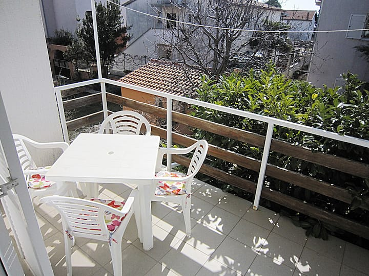 One bedroom apartment few minutes from the beach!