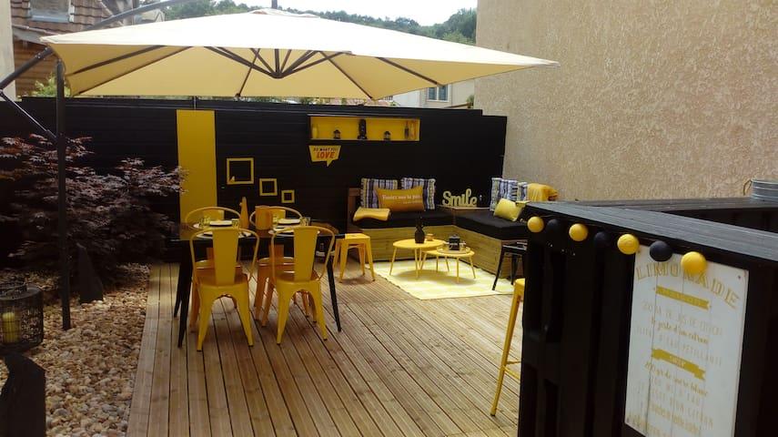 Terrasse d'environ 50 m2, table 4 places, banquette xxl très confortable...