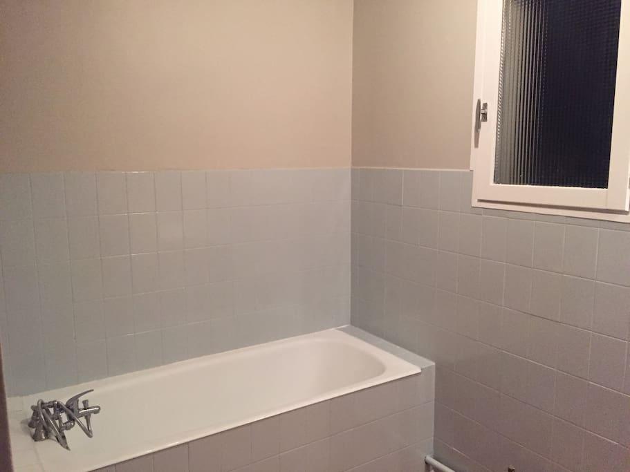 salle de bain spacieuse et agréable