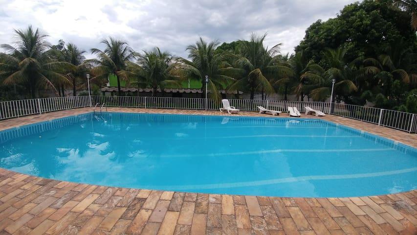 Sítio, piscina, 5 suítes e churrasqueira