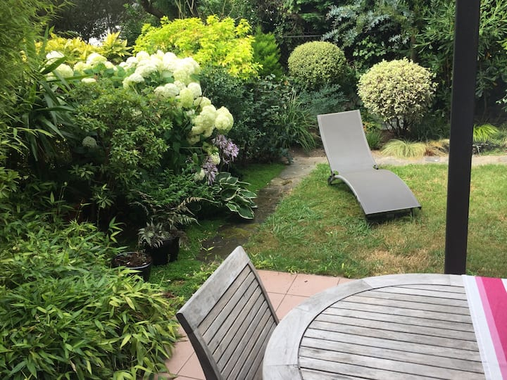 beau studio rénové en rez de jardin