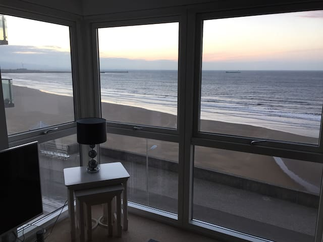 Beach Front Apartment in the Perfect location - Swansea - Apartament