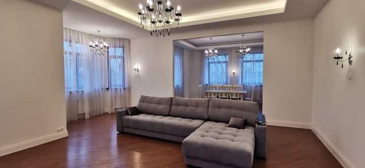 Комната в бизнес доме с камином и джакузи