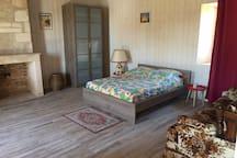 La grande chambre du 1er étage, avec ses 2 lits et canapé