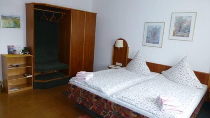 """Gästehaus Diemer (Margetshöchheim), Doppelzimmer """"Rita"""" mit Gemeinschaftsbad und kostenfreiem WLAN"""