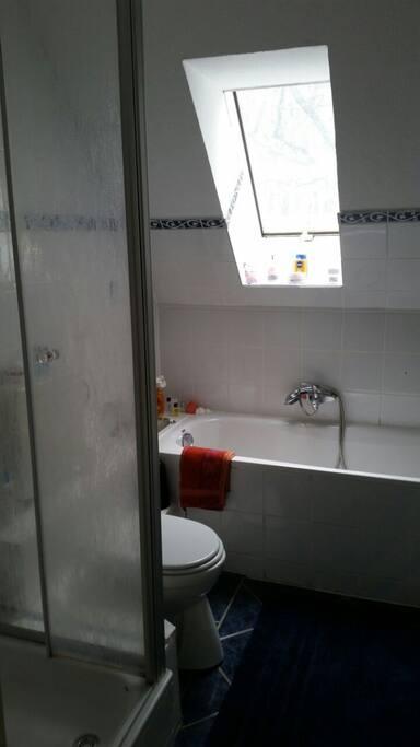 Badezimmer mit Dusche und Wanne