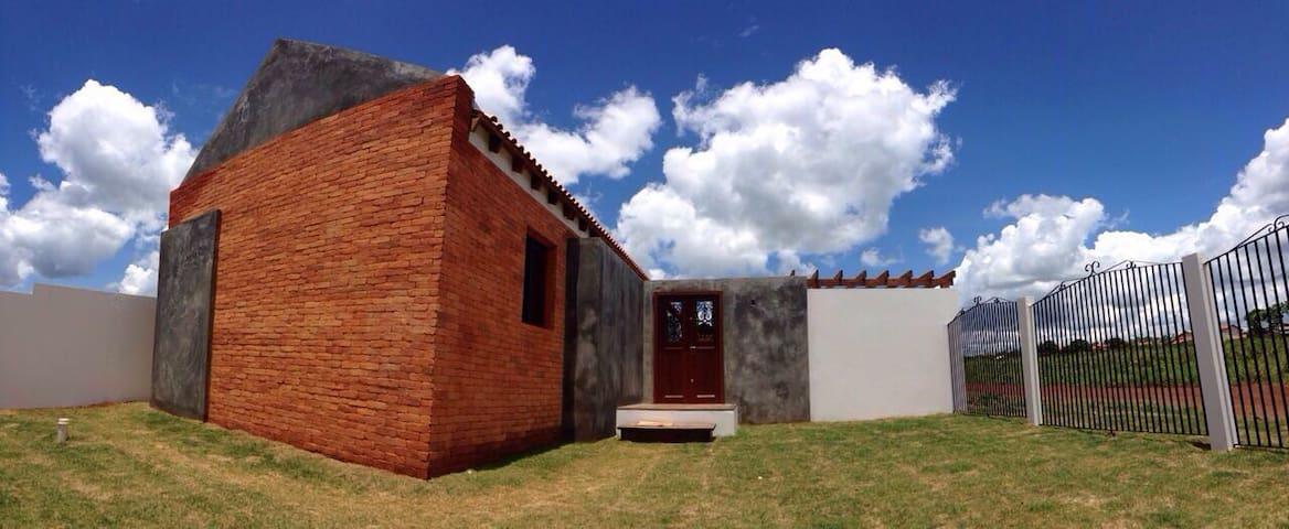 Casa ao em frente ao parque da Quineira - Chapada dos Guimarães - Hus
