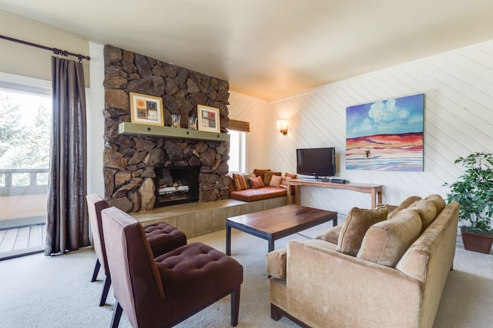 Classic Sun Valley Townhome with mountain views and wifi; short walk to Village