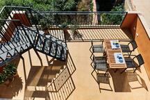 soleada y amplia terraza para disfrutar al aire libre!!