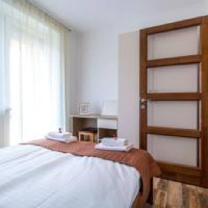 A hálószobában franciaágy, 2 éjjeli szekrény, íróasztal, szekrény.