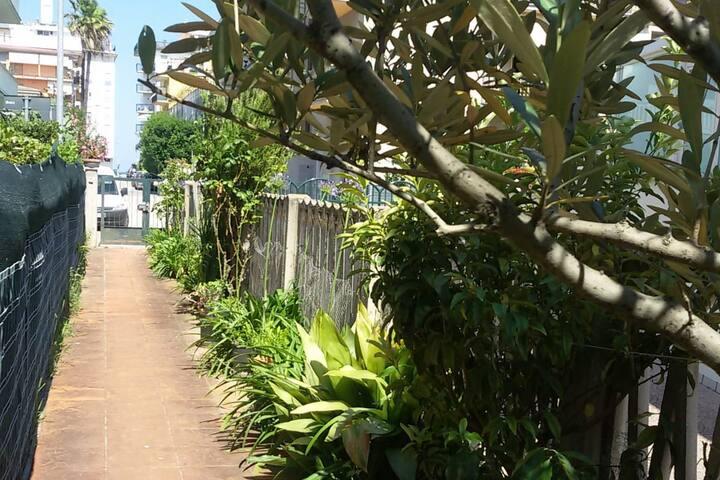 Casa con giardino, 150 mt dal mare, garage.