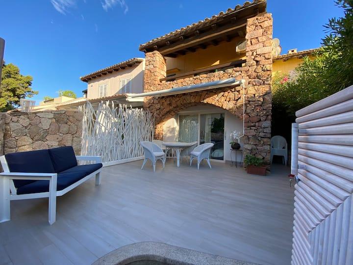 Villetta in pietra con veranda esterna e piscina