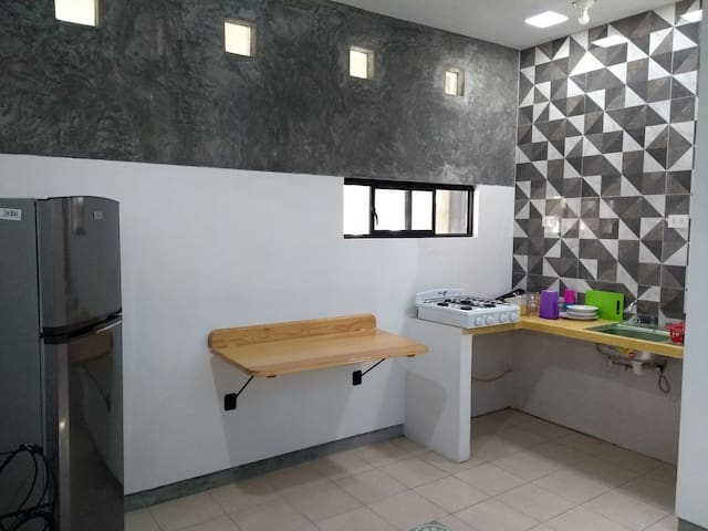 La cocina cuenta con utensilios necesarios para cocinar: platos, vasos, cubiertos, sartén, especies, aceite, azúcar, entre otros. Está para el uso libre de los huéspedes.