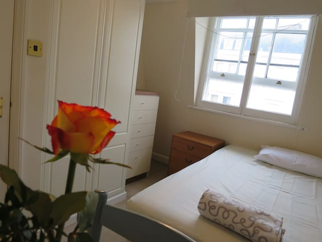 4 stop to Piccadilly Private Double Room