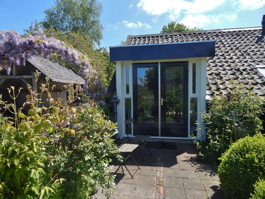 Achterzijde cottage met vrij uitzicht op de tuin