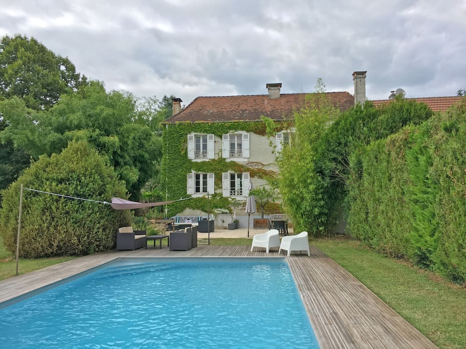 Côté jardin. Agréable maison avec grand parc de 4000 m2 et piscine 10 X 5 m.