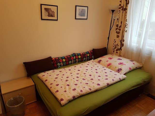 gemütliche Schlafcouch / cozy sofa bed (140x200 cm)