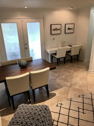1BD+1BA Charming Guest Cottage - Centrally Located - Naples