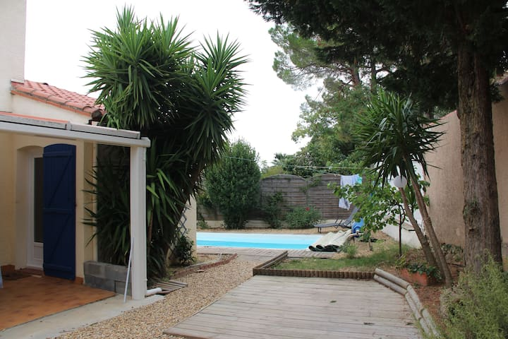 House with private garden and swimming pool