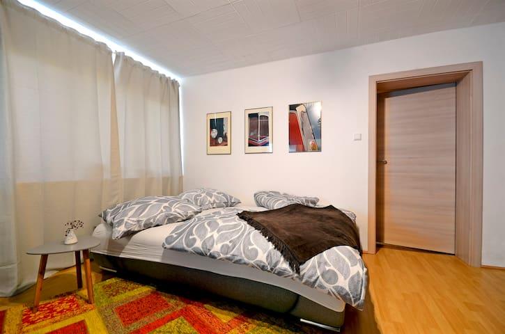 Schlafsofa im ersten Wohnraum (Bett 160 x200)  mit Essbereich