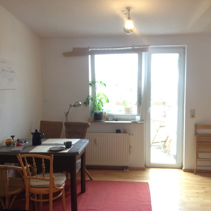 Wohnzimmer & Küche mit Balkon  Vom Flur kommt ihr ins Wohnzimmer. Daran schließt sich sowohl die Küche an, als auch eine Couch, Couchtisch & der Esstisch. Von hier aus gehts auch zum Balkon.