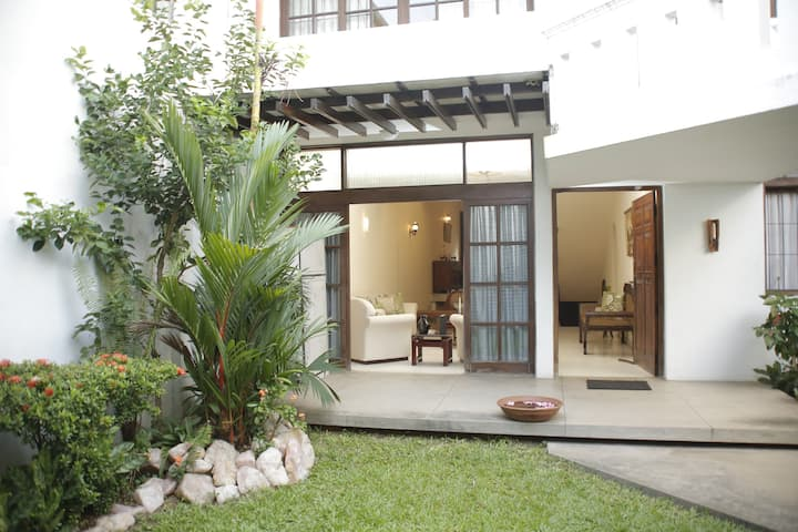 Colombo 5-Charming room in large house with garden