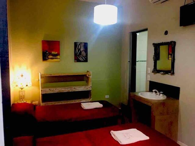 Hotel Chipre: habitación doble con baño privado.