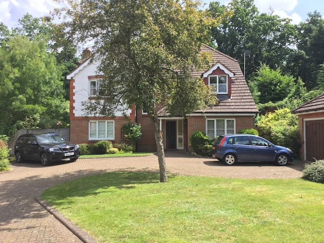 Spacious double bedroom on quiet cul-de-sac - Mytchett - Rumah