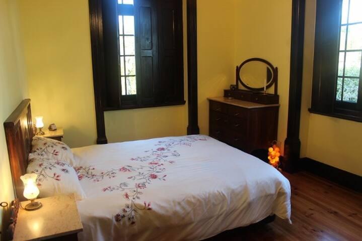 De rozenkamer met twee-persoonsbed
