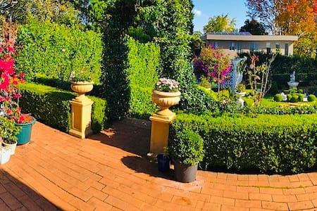Cozy private 1 bedroom with splendid garden views!