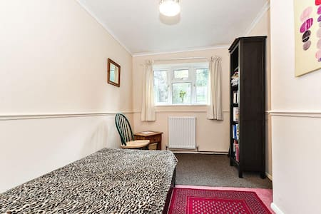 Single Room, Quiet Leafy Location, London Zone 6 - Coulsdon - Bungalow