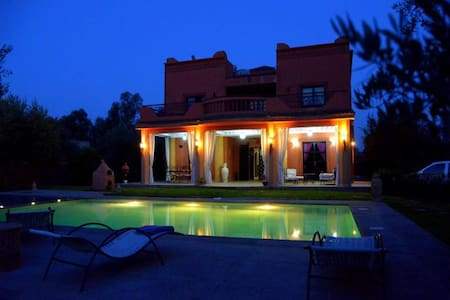 villa avec piscine devant  l atlas - มาร์ราเกช