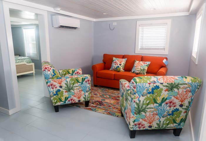 Cozy 1 Bed Unit,  3 Min Walk to the Beach!