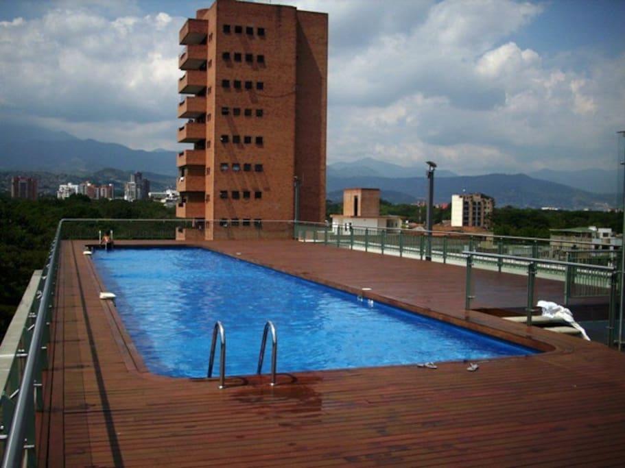 Zona común en terraza con piscina.